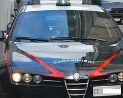 SFONDA A CALCI LA PORTA DELL'EX CONVIVENTE: ARRESTATO PER STALKING